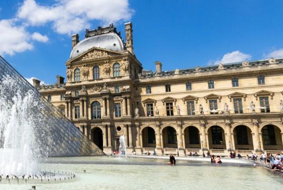Der Louvre in Paris bei Tag, die Pyramide des Louvres im Vordergrund