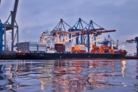 Maritimer Hafen Hamburg mit Kraenen