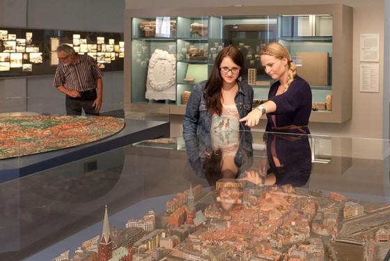 zwei Frauen vor der Miniaturabbildung von Hamburg im Museum fuer Hamburgische Geschichte