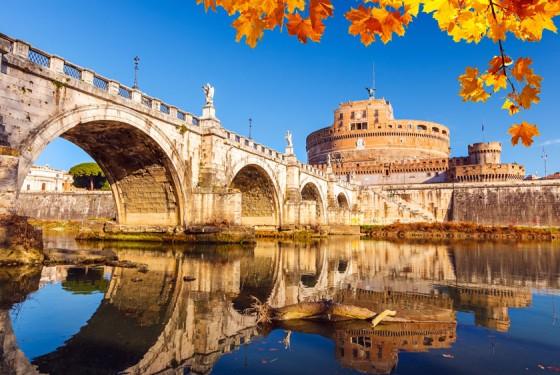 Engelsburg mit Brücke über Fluss Tiber in Rom