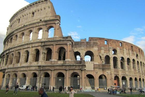 Kolosseum in der Vollansicht in Rom mit historischem Originalbau