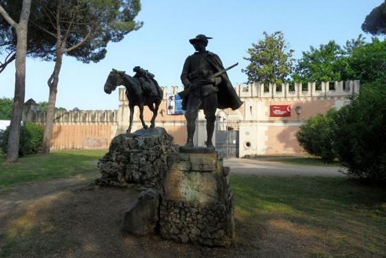 Skulptur vor dem Museo Pietro Canoncia a Villa Borghese