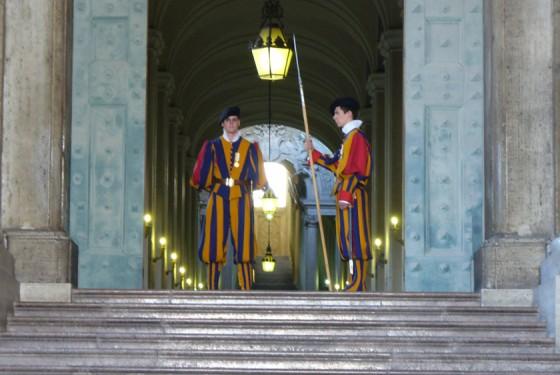 Personal im Museo Storico Vaticano mit altertümlicher Kleidung und Kostümen