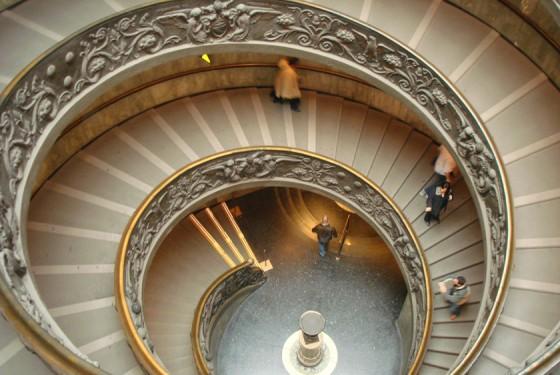 Treppen des Museo Pio Clementino mit antiken Kunstwerken in Rom
