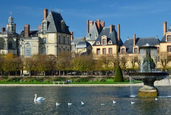 Blick vom Wasser auf das Chateau de Fontainebleau in Paris