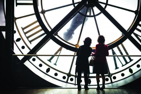 Zwei Kinder vor einer großen Uhr im Musée d'Orsay