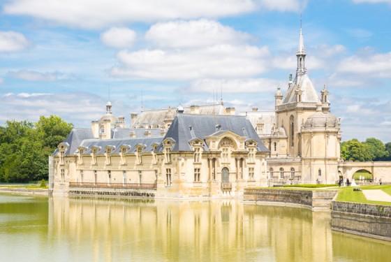 Blick vom Wasser auf das Musee Conde in Paris