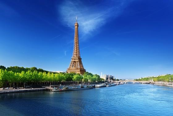 Eiffelturm in Paris vom Wasser aus