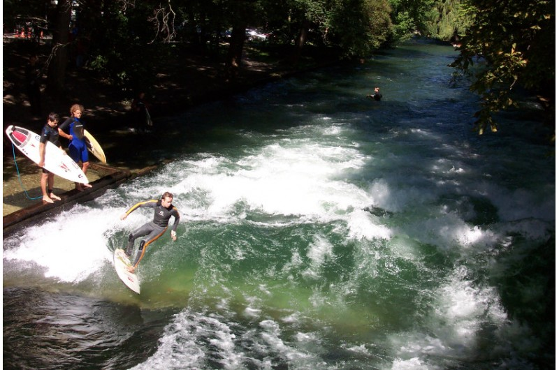 Endlich wieder Eisbach die Surfer kehren zurck in die Stadt